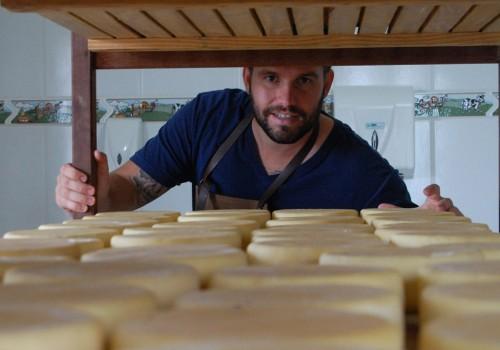 Jovem produtor e seus queijos